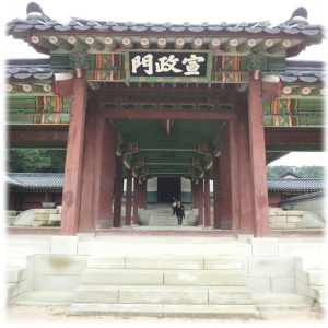 Entrance to Seonjeongmun. The meeting hall.