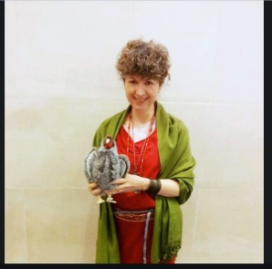 Caroline Lawrence in Roman dress and her sacred chicken